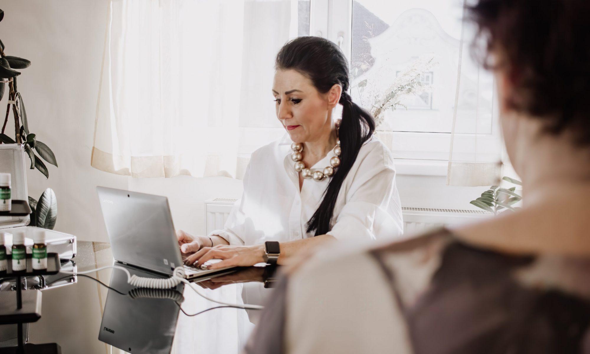 Sonja Simonitsch sieht sich die ausgemessenen Werte am Laptop an